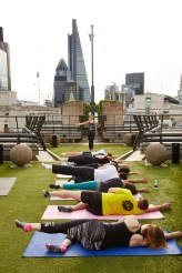 julia-scodie-teaching-pilates-exercise-in-the-city-at-coq-dargent-3