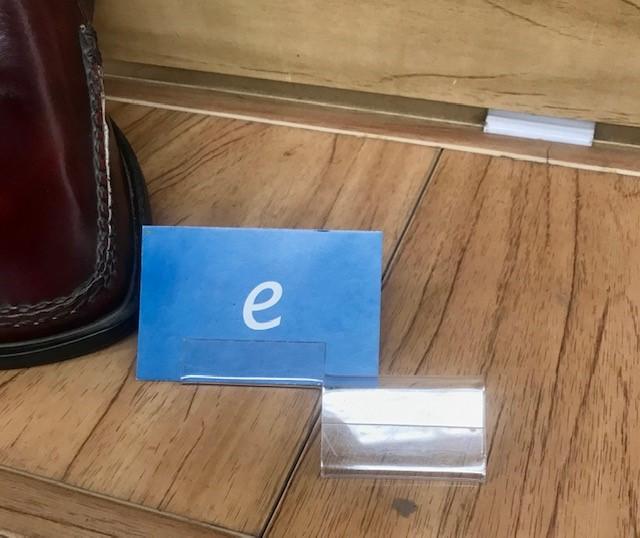 Porta etiqueta con ceja hacia el frente que permite colocar cualquier tamaño de etiqueta