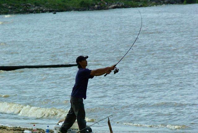fisherman - Arkansas River, below Dardanelle Lock & Dam, May 10, 2005
