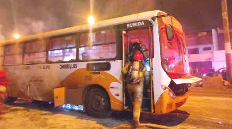Chorrillos: Bus se incendia en la avenida Guardia Civil (Fotos)