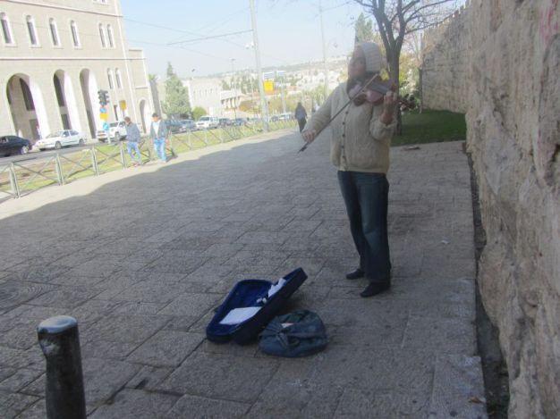 01-street-musician