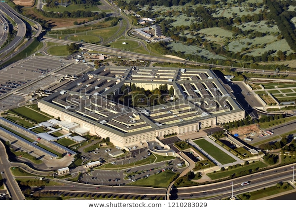 El Pentágono de los Estados Unidos en Washington DC mirando hacia abajo la vista aérea desde arriba