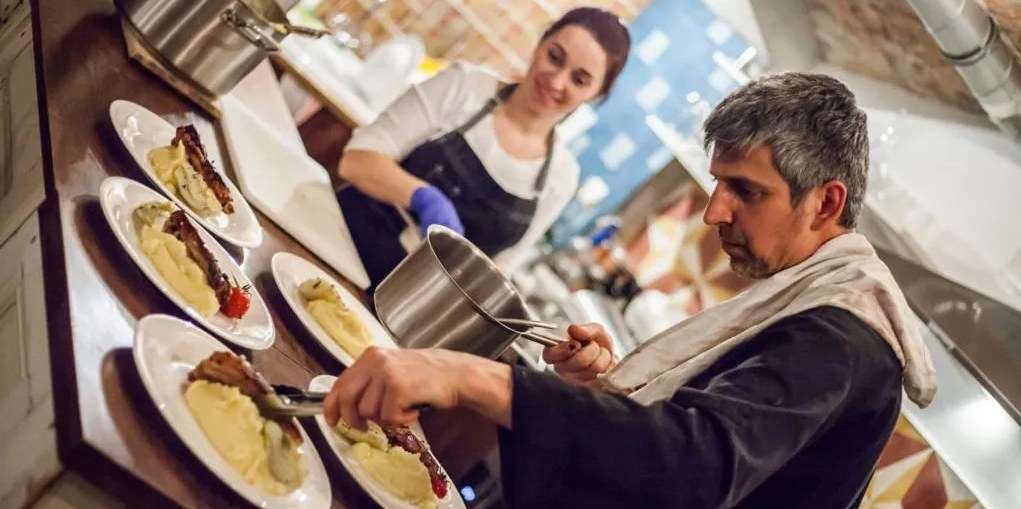 Winemaker-Dinner-at-Tasting-Table-Budapest-Chef-Tamas-Laczi-in-the-kitchen-1024x683