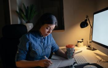 Att migrera och byta hemsida - fotografi på kvinna som planerar att byta webbplats