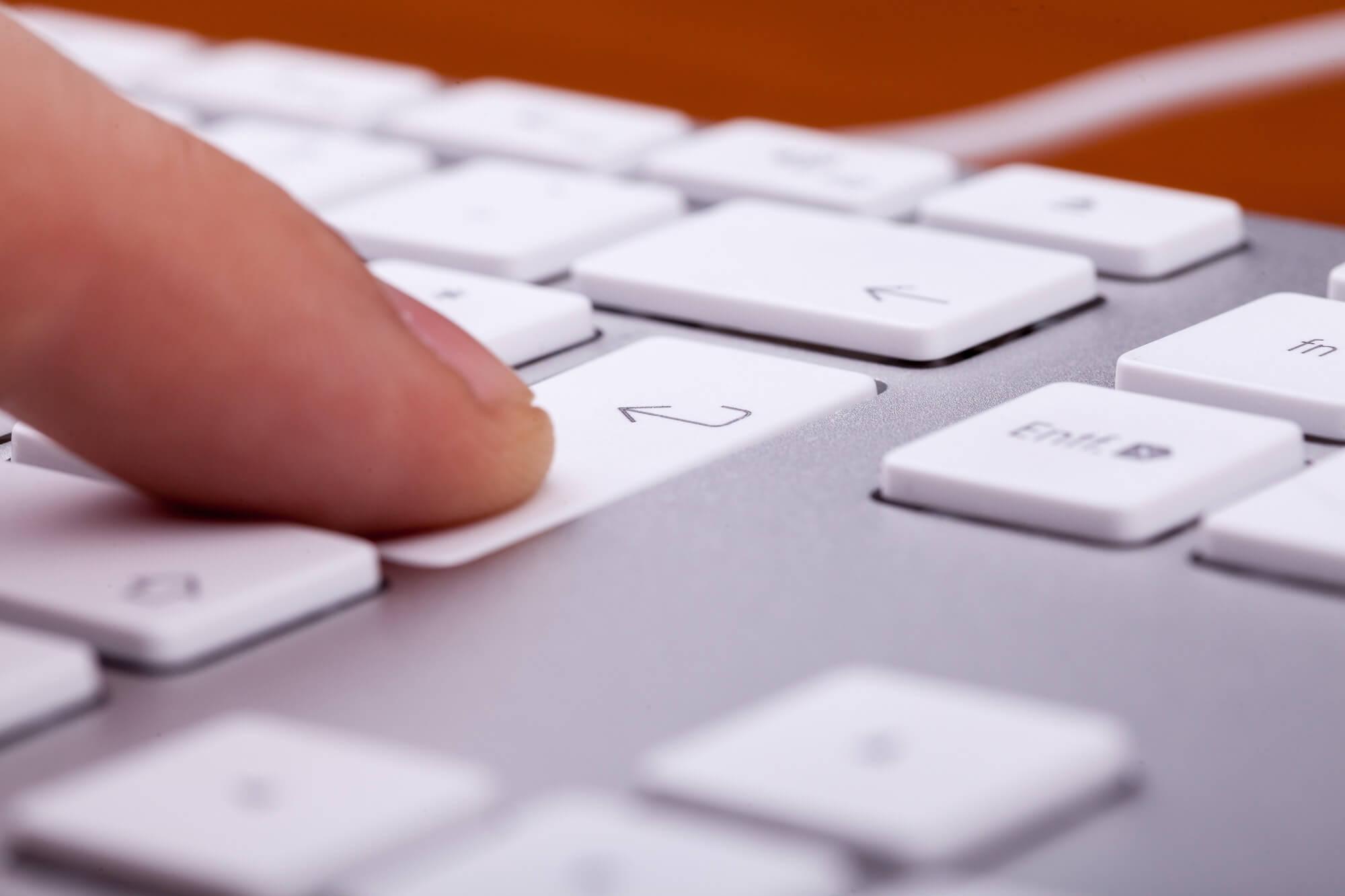 SEO audit symboliserad med ett finger som trycker ner en tangent