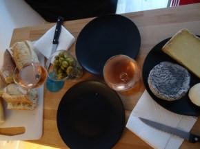 Abendbrot mit Käse, Oliven & Wein
