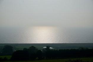 Die Sonne spiegelt sich über dem Ärmelkanal