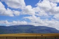 Berge und Getreidefelder