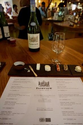 Käse und Wein zusammen verkosten