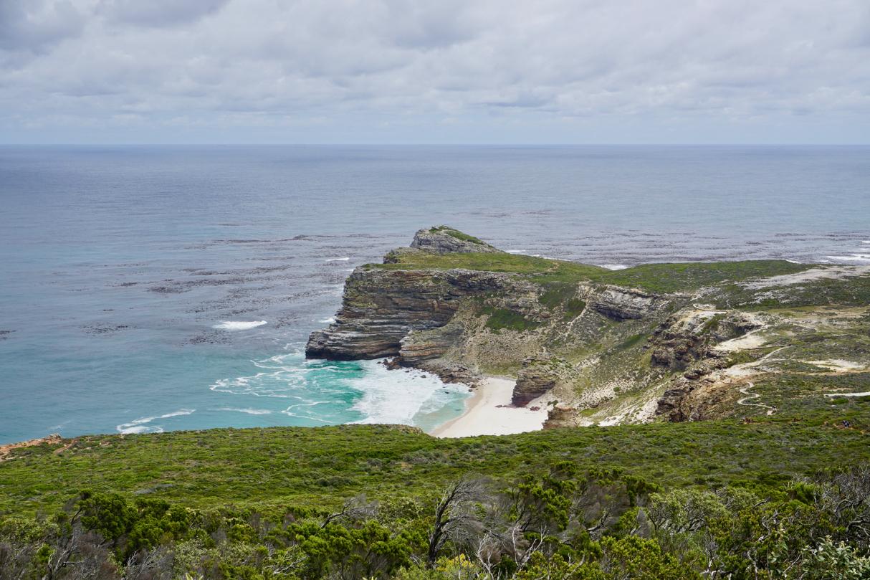 Steilküste und Wellen
