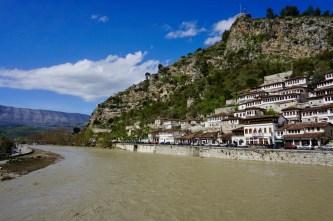 Hunderte weiße Häuser am Berghang