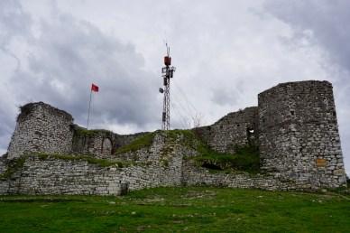 Burg von Berat mit Landesflagge