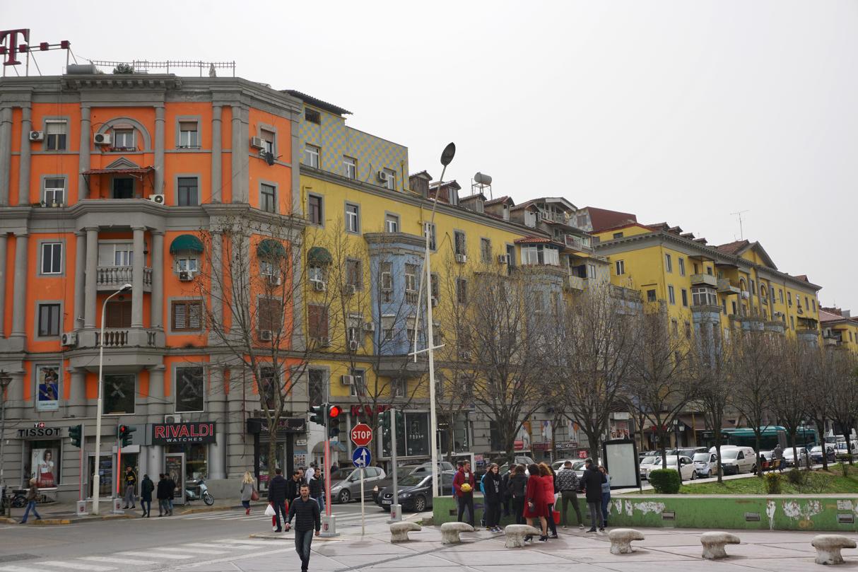 Gelbe und orangefarbene Häuser
