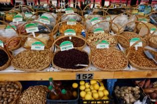 Angebot an Nüssen und Früchten