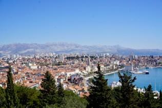 Stadt mit Bergpanorama