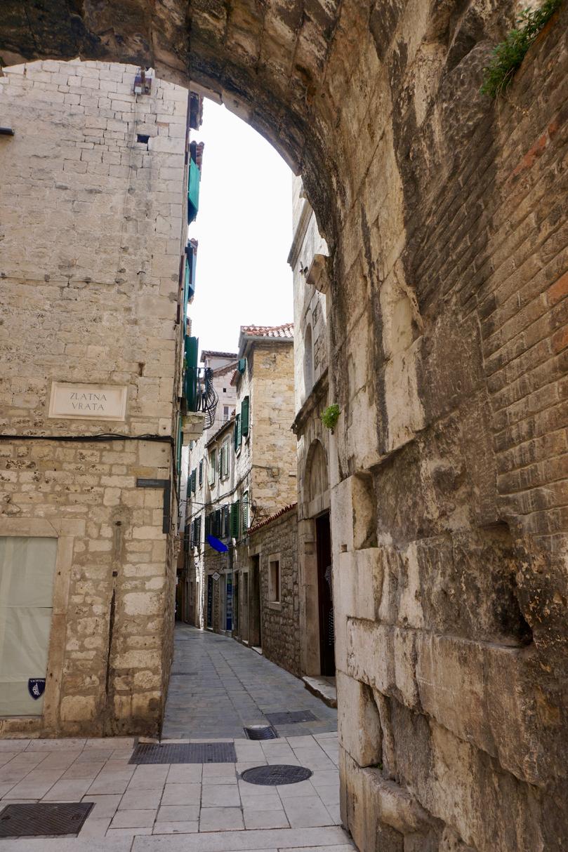 Altstadtgasse mit Bogen