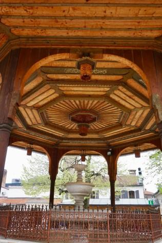 Brunnen mit Holzdeckenkonstruktion