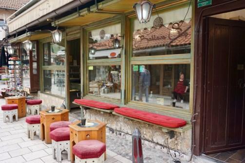 Kaffee mit Sitzplätzen im Freien
