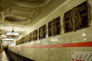 Metrostation mit Emblemen