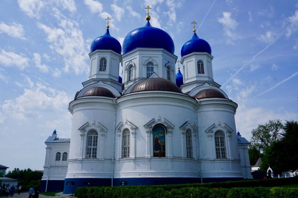 Kathedrale mit blauen Kuppeln
