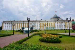 Regierungsgebäude in gelb-weiß