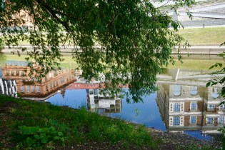 Häuser spiegeln sich im Wasser