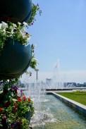 Springbrunnen und Blumentöpfe