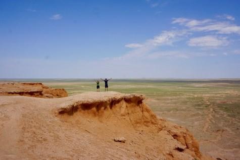Flaming Cliffs mit Blick auf die flache Gobi-Wüste