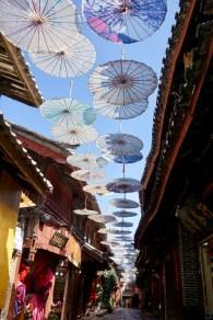 Sonnenschirme in Lijiang