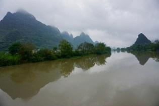 Spiegelbild auf Yulong-Fluss