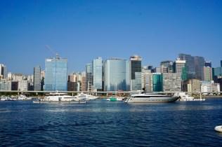 Wolkenkratzer und Schiffe in Hongkong