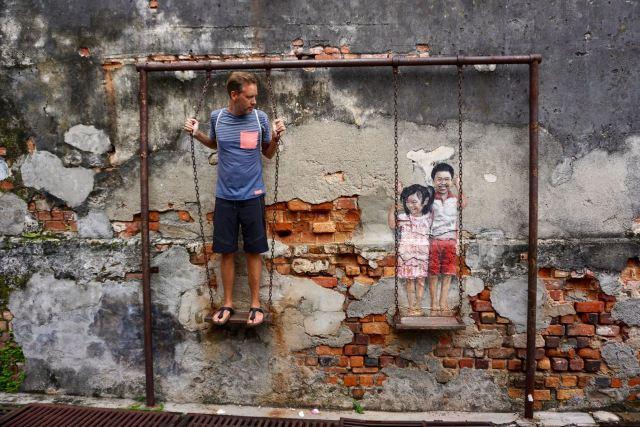 Streetart mit Schaukel in Malaysia