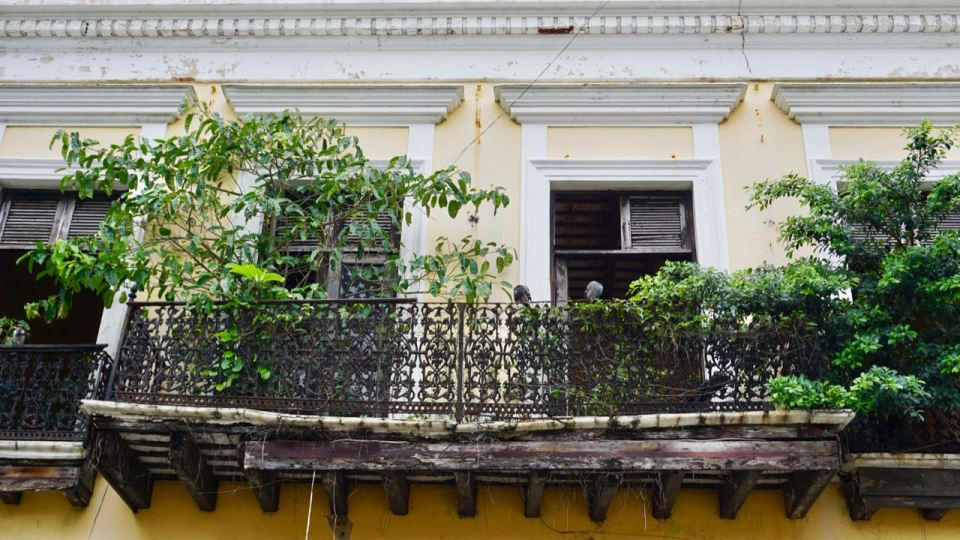 Zerfallener Balkon aus Holz