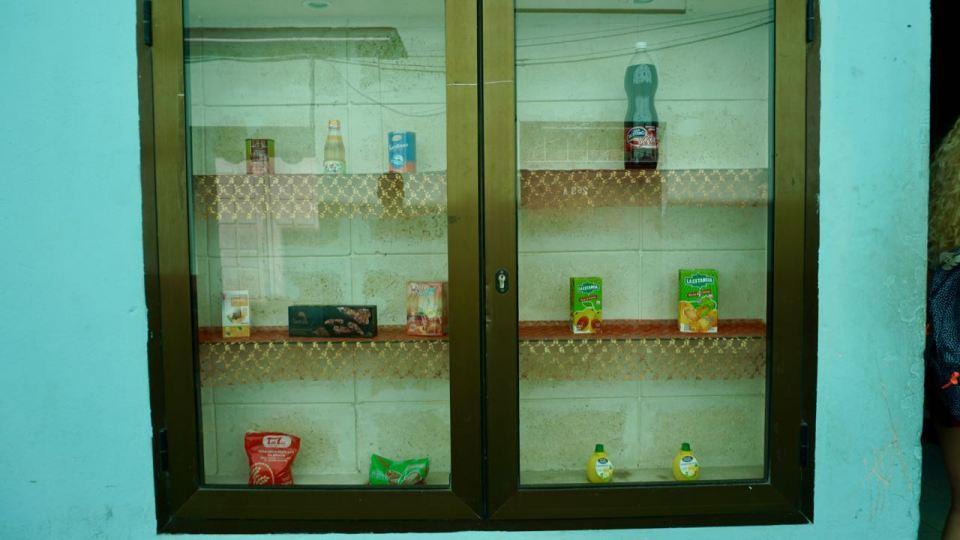 Schaufenster mit Waren