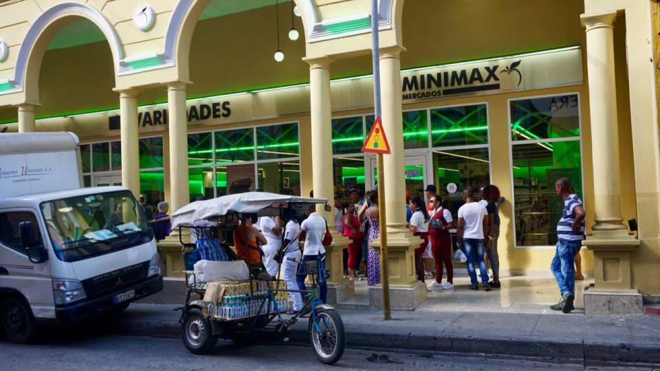 Supermarkt-Eingang in Santiago de Cuba
