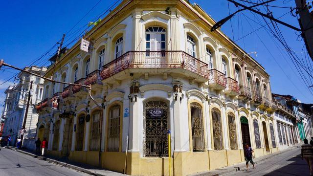 Straßenecke mit gelbem Haus