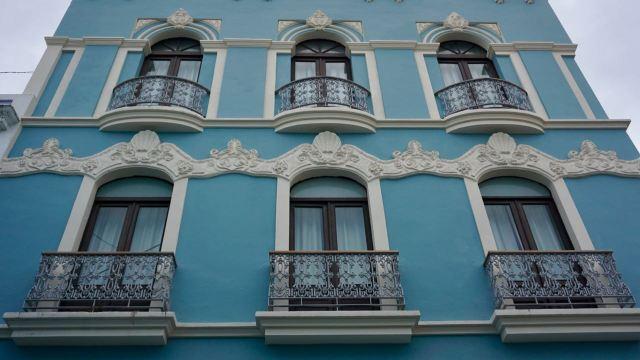 Blaue Fassade mit Fensterrahmen