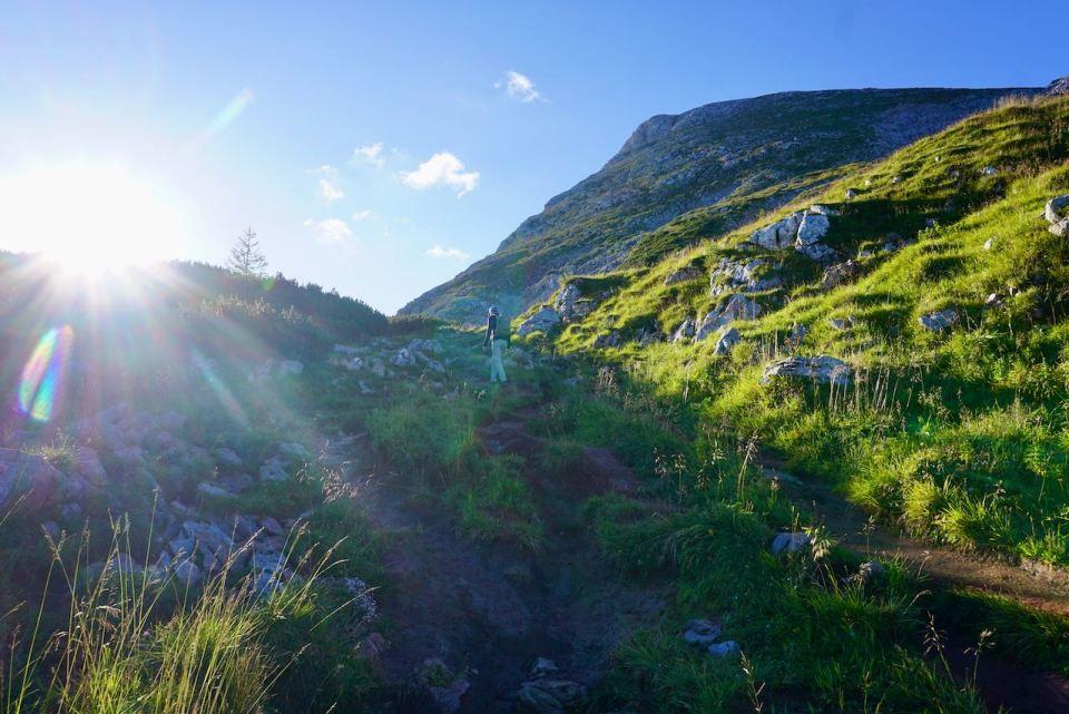 Mit den ersten Sonnenstrahlen wandern wir los Richtung Schneibstein