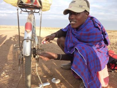 2011-07_tanzania_cycling-repairs.JPG