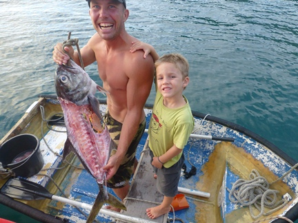 2012-12-04_tobago-pirates-bay_per-with-fish-2.JPG