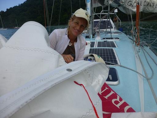 2012-12-22_tobago-pirates-bay_sabine-sail-repairs_l.jpg