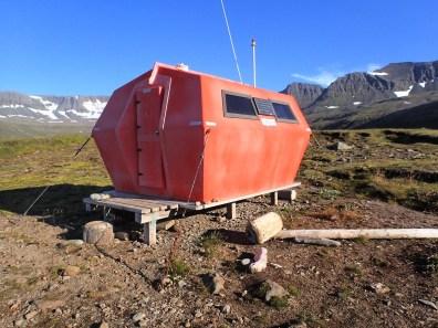 Domek ratunkowy z panelem słonecznym.