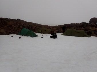 Po kilkunastu godzinach wędrówki przez lodowiec rozbijamy się przy pierwszych skałach.