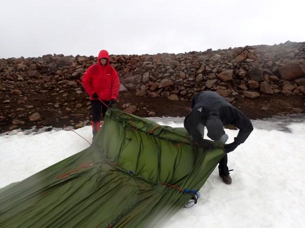Ostrożne rozstawianie namiotów na wietrze.