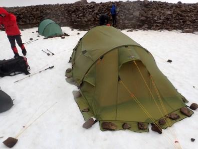 Odciągamy namioty i zabezpieczamy obóz przed wiatrem czym się da.