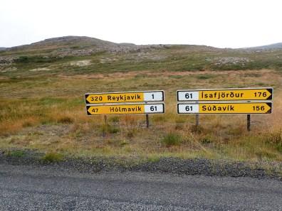 Zejście do drogi krajowej. Do Isafjordur jest prawie tak daleko do Reykjaviku. Droga wzdłuż fjordów jest wiele razy dłuższa niż w linii prostej.