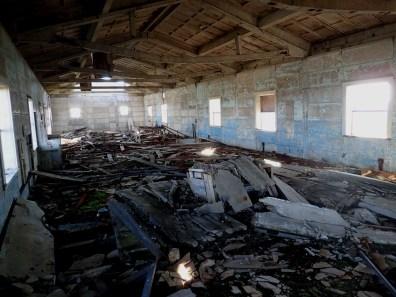 Wnętrze baraku - reliktu Zimnej Wojny.