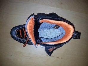 Wnętrze buta AKU Serai z widoczną wyściółką Gore - tex również na podeszwie butów.