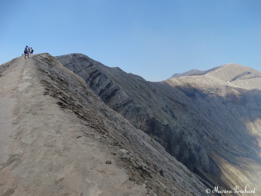 Chemin en haut du cratère
