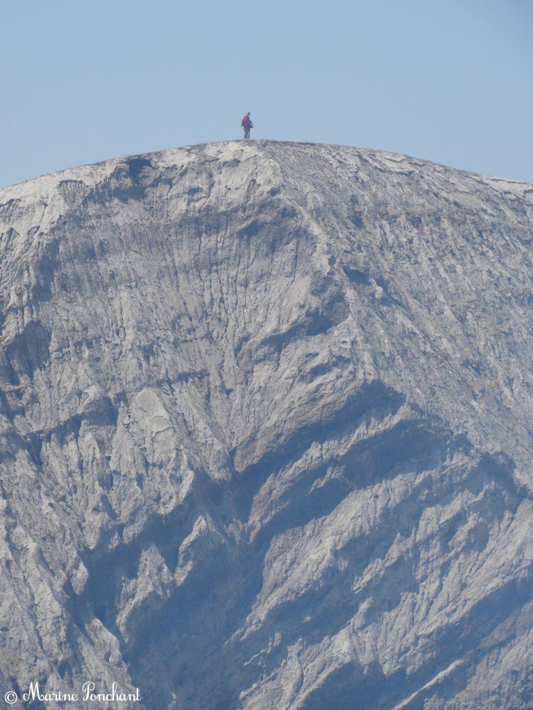 Homme sur les hauteurs du volcan